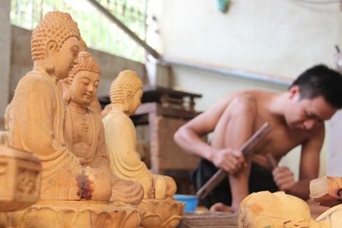 Phần lớn sản phẩm là các tượng thờ