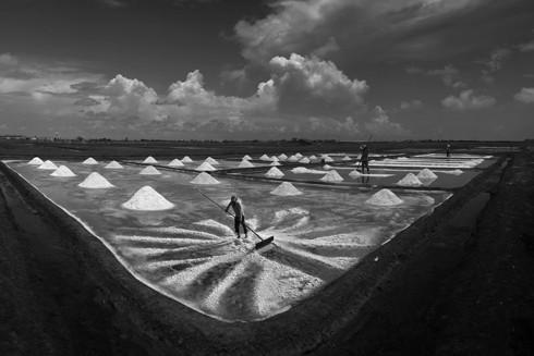 """Tác phẩm """"Chiều trên đồng muối"""" của Đặng Quang Vinh đoạt HCV cuộc thi ảnh quốc tế lần thứ hai"""