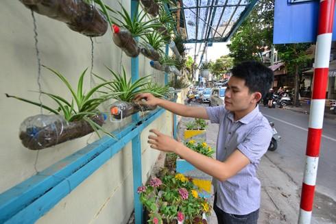 Chàng trai đam mê biến bãi rác thành vườn hoa