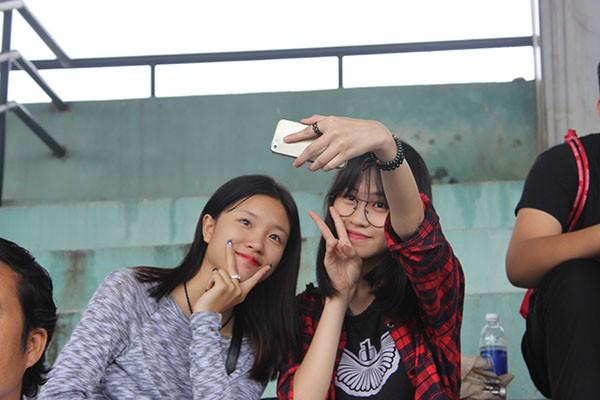 Hình ảnh đẹp của các cổ động viên tại giải bóng đá học sinh THPT Hà Nội ảnh 3