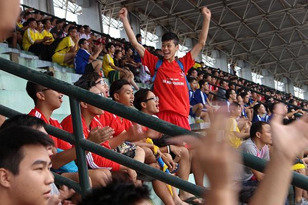 Hình ảnh đẹp của các cổ động viên tại giải bóng đá học sinh THPT Hà Nội ảnh 9
