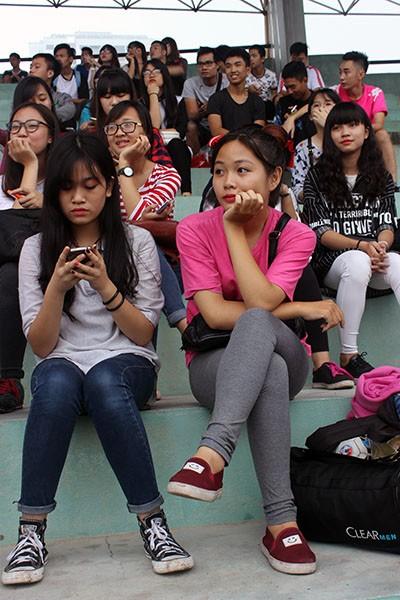 Hình ảnh đẹp của các cổ động viên tại giải bóng đá học sinh THPT Hà Nội ảnh 7
