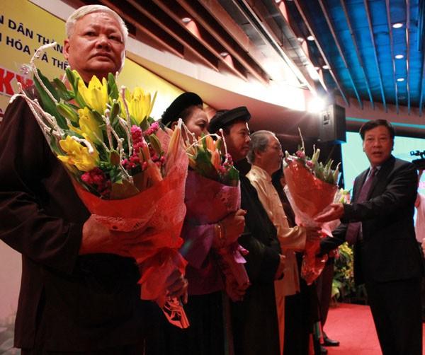 Nghệ nhân được nhận hoa của ban tổ chức