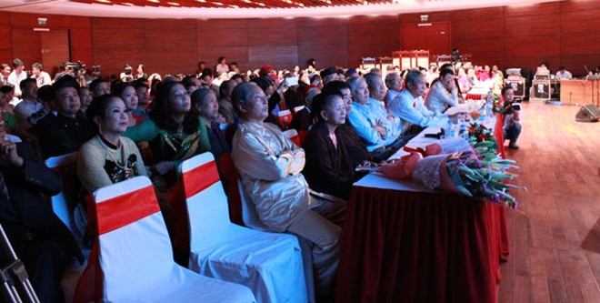 Khán giả háo hức xem phần biểu diễn của các nghệ nhân