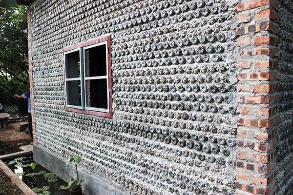 Ngôi nhà được xây từ rất nhiều vỏ chai nước khoáng đã qua sử dụng ở nhiều công ty, xí nghiệp trên địa bàn Hà Nội