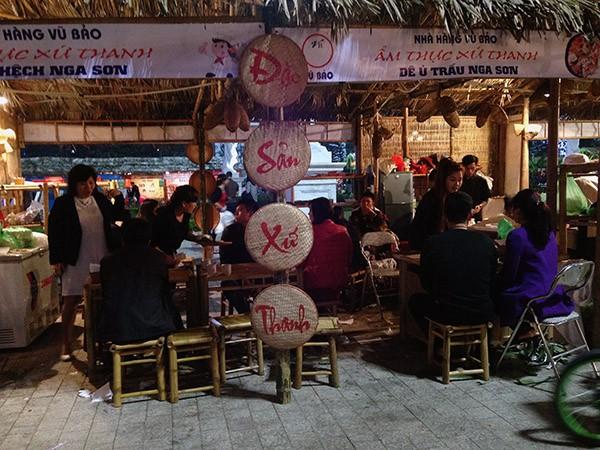 Tại Hội chợ có những gian hàng phục vụ ăn uống tại chỗ, thường là những món truyền thống như bún đậu, phở hay những món đặc sản của mỗi tỉnh thành khác nhau