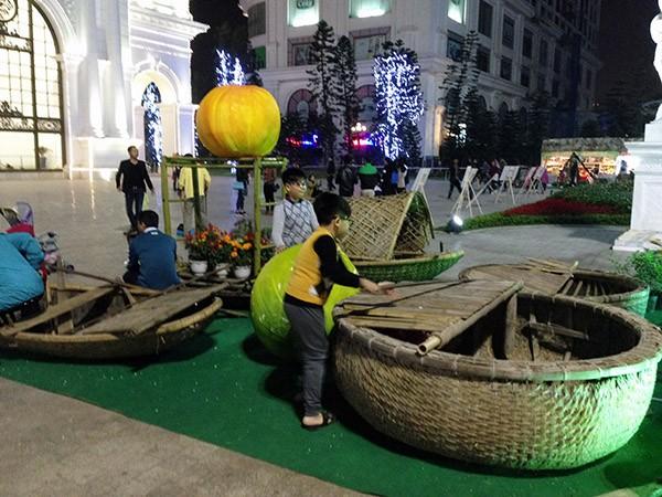 Thuyền thúng, thuyền nan là những thứ khá lạ với trẻ em thành phố
