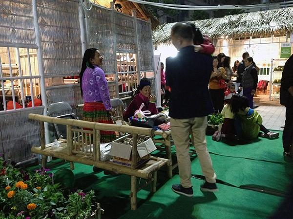 Hình ảnh hai người phụ nữ dân tộc bán đồ thêu dệt thổ cẩm khiến nhiều vị khách phải nán lại bước chân