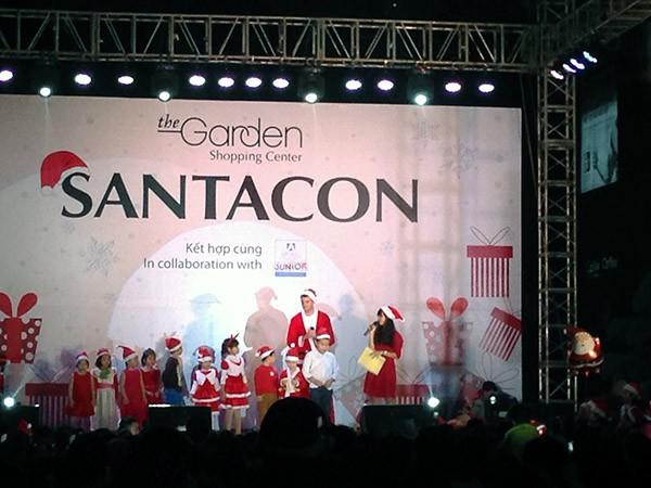 Sân khấu chính của lễ hội Santacon 2015 tại Việt Nam là nơi diễn ra nhiều trò chơi hấp dẫn dành cho các Ông già Noel nhí.