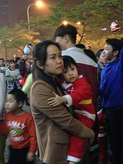 Rất nhiều em nhỏ được bố mẹ hóa trang thành Ông già Noel để tham dự lễ hội đặc sắc này.