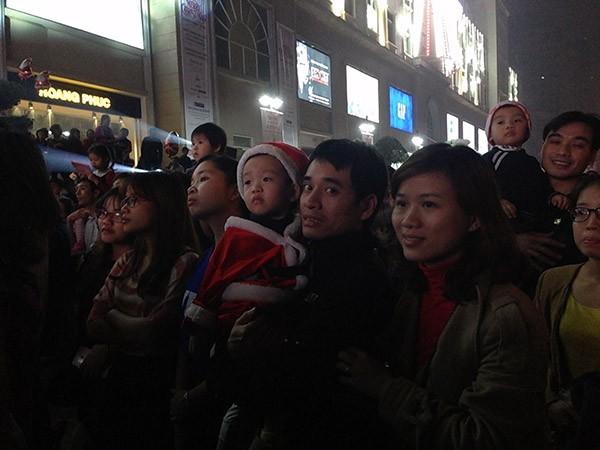 Trẻ em Hà Nội háo hức với lễ hội được hóa trang thành Ông già Noel ảnh 4