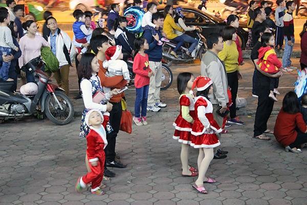 Trẻ em Hà Nội háo hức với lễ hội được hóa trang thành Ông già Noel ảnh 6