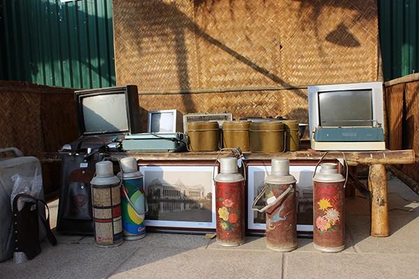 Những chiếc vô tuyến đen trắng, phích nước từ thập niên 80, 90.