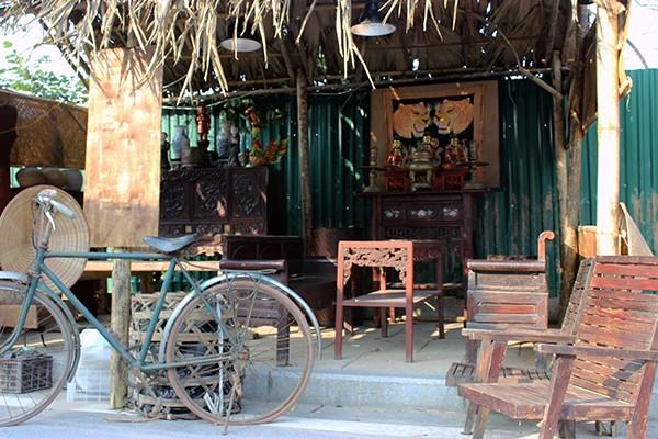 Không chỉ được tham quan, khách tham dự cũng có cơ hội mua được những món đồ cổ chính hiệu, đậm không khí xưa.