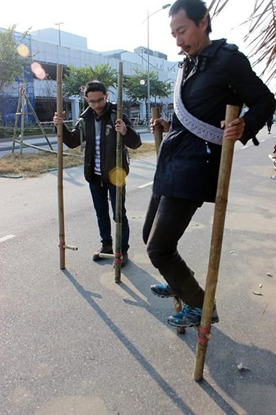 Đi cà kheo có vẻ là một trò chơi khó với nhiều bạn trẻ Hà thành.
