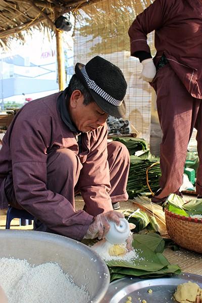 """Đến """"Chợ phiên du ký"""", người dân Thủ đô được thưởng thức các nghệ nhân trình diễn gói bánh chưng đến từ hai làng nghề nổi tiếng là Tranh Khúc và Lỗ Khê."""