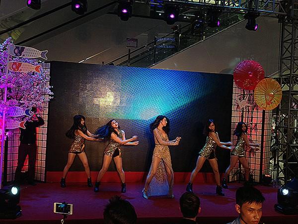 Ca sĩ Thủy Tiên xuất hiện, đem đến những màn vũ đạo đẹp mắt.