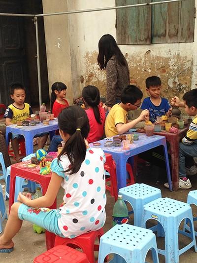 Năm nay ngày hội làng đúng vào hai ngày nghỉ cuối tuần nên các em nhỏ có dịp vui chơi thỏa thích bên những trò giản dị, truyền thống.