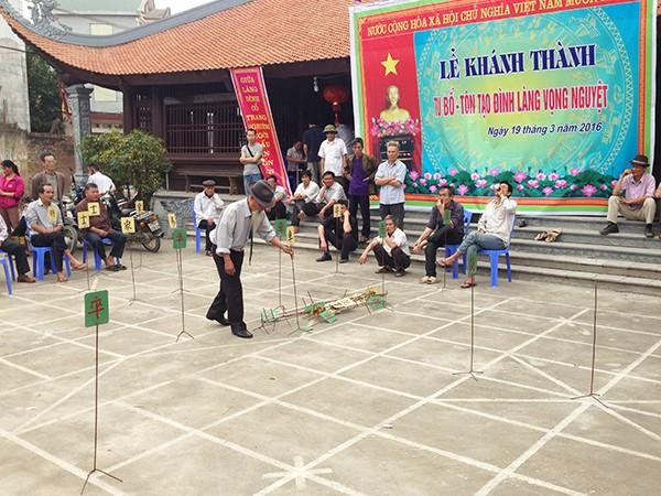 Các bậc lão thành trong làng vui vẻ thi đấu cờ người ngay trước sân đình.