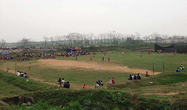 Bên cạnh đó, lễ hội còn tổ chức nhiều trò chơi dân gian như hội vật, chọi gà, bóng chuyền, bóng đá…