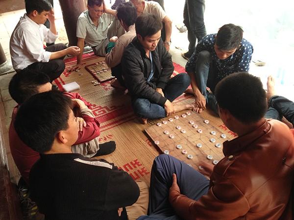Hội làng cũng là dịp để mọi người dừng mọi công việc bận rộn, gặp gỡ trò chuyện, chơi với nhau vài ván cờ vui.