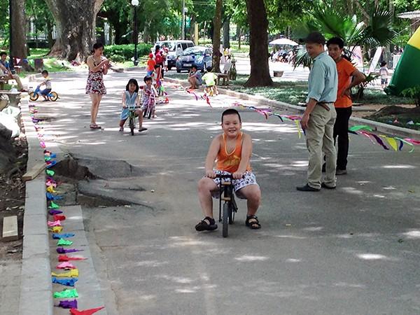 Các em ở mọi lứa tuổi đều tỏ ra thích thú với đường đua xe đạp cân bằng đến từ nhà tài trợ đồ chơi Babigo.