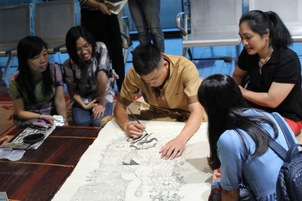 Một số hoạt động giới thiệu và bàn luận về các dòng tranh trong buổi triển lãm.