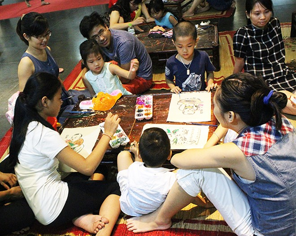 Cả gia đình cùng quây quần tô vẽ những bức tranh Đông Hồ nổi tiếng.