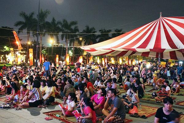 Khán giả tập trung rất đông từ khá sớm. Cách bày trí chỗ ngồi khán giả đặc biệt, gần gũi, chỉ có tại Rước trăng chơi phố 2016.