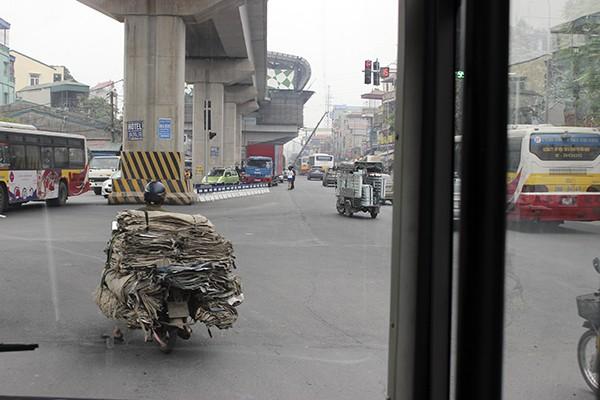 Các phương tiện giao thông khác vẫn đi vào làn đường dành riêng cho xe buýt nhanh