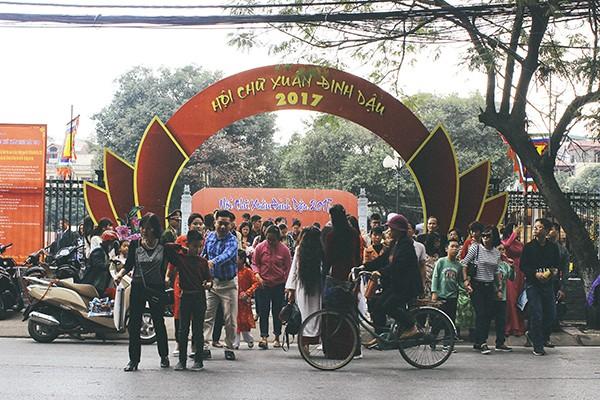 Người dân Thủ đô đổ xô đi xin chữ đầu năm mới ảnh 2