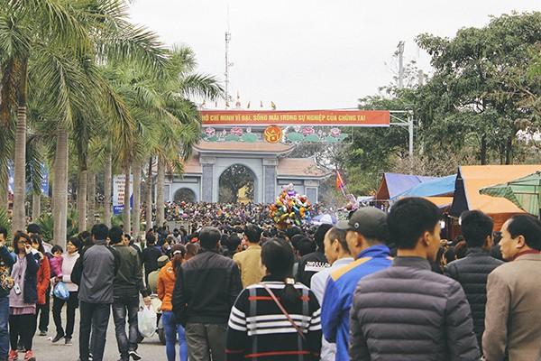 Bắt đầu từ sáng sớm, càng gần buổi trưa, hội Lim càng đông khách đến trẩy hội