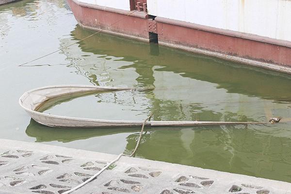 Hàng loạt tàu thuyền cũ nát bỏ hoang ở một góc hồ Tây ảnh 4