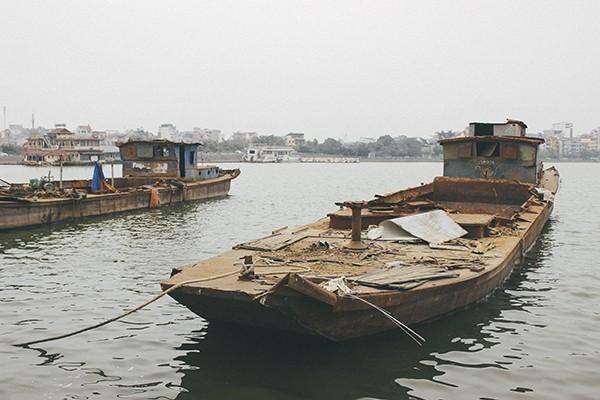 Hàng loạt tàu thuyền cũ nát bỏ hoang ở một góc hồ Tây ảnh 1