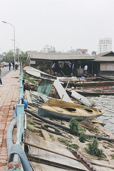 Hàng loạt tàu thuyền cũ nát bỏ hoang ở một góc hồ Tây ảnh 5