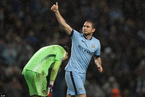 Lampard lại trở thành người hùng của Man City sau khi vào sân từ băng ghế dự bị