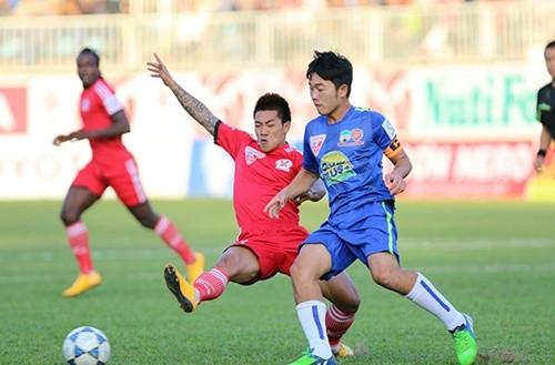 Lối chơi áp sát của Than Quảng Ninh khiến HAGL gặp rất nhiều khó khăn (Ảnh: VNE)