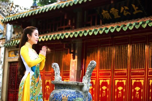 MC Kim Trang rạng ngời lên chùa cầu… duyên ảnh 6