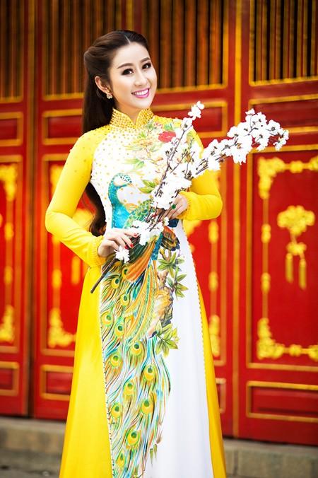 MC Kim Trang rạng ngời lên chùa cầu… duyên ảnh 4