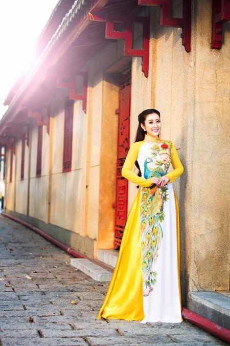 MC Kim Trang rạng ngời lên chùa cầu… duyên ảnh 1
