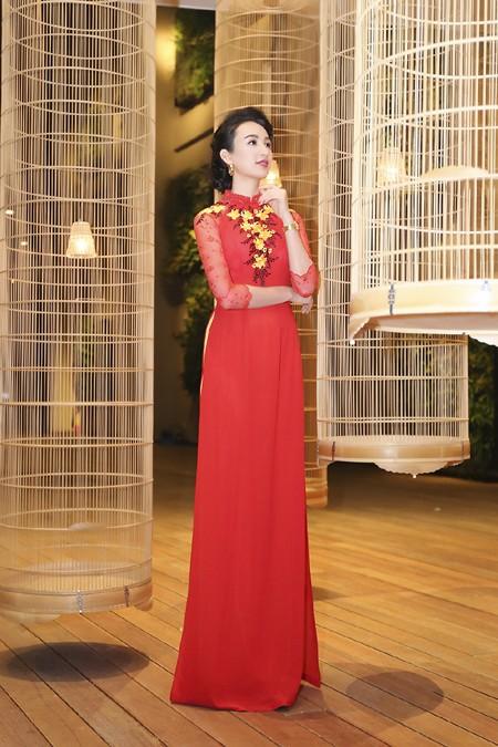 Hoa hậu Ngọc Diễm khoe dáng ngọc cùng sắc đỏ ảnh 2
