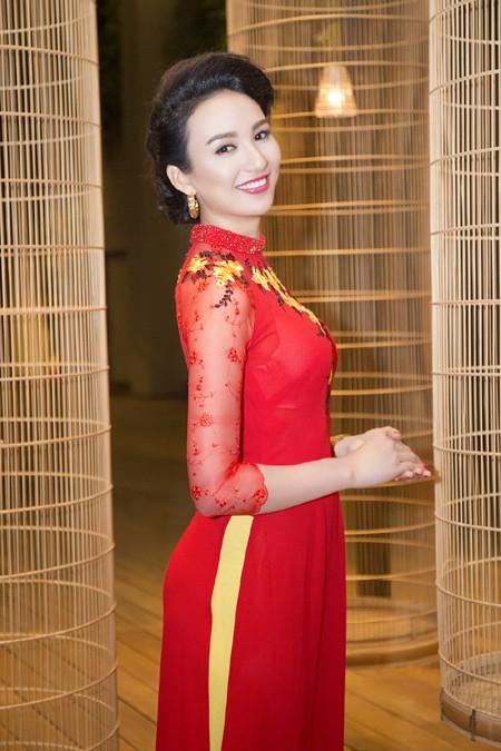 Hoa hậu Ngọc Diễm khoe dáng ngọc cùng sắc đỏ ảnh 1