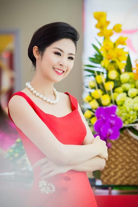 Hoa hậu Ngọc Hân khoe sắc gợi cảm bên hoa đào ảnh 4