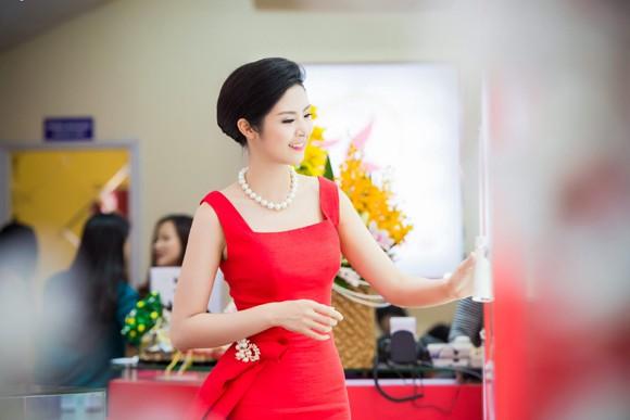 Hoa hậu Ngọc Hân khoe sắc gợi cảm bên hoa đào ảnh 3