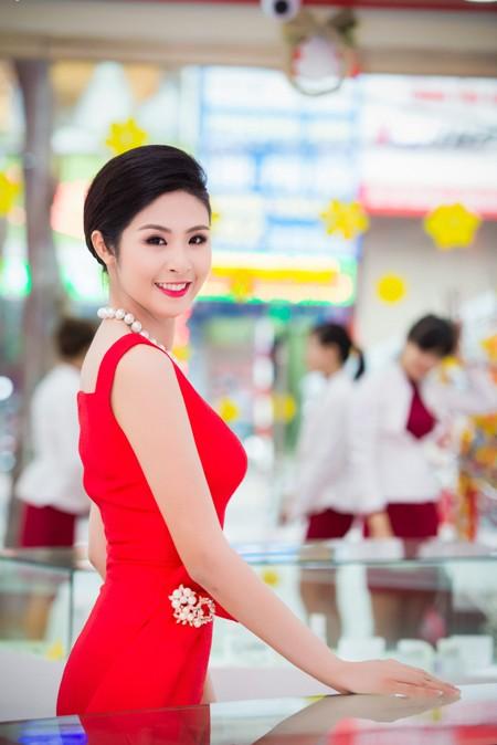 Hoa hậu Ngọc Hân khoe sắc gợi cảm bên hoa đào ảnh 1