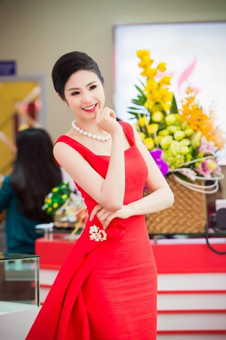 Hoa hậu Ngọc Hân khoe sắc gợi cảm bên hoa đào ảnh 2