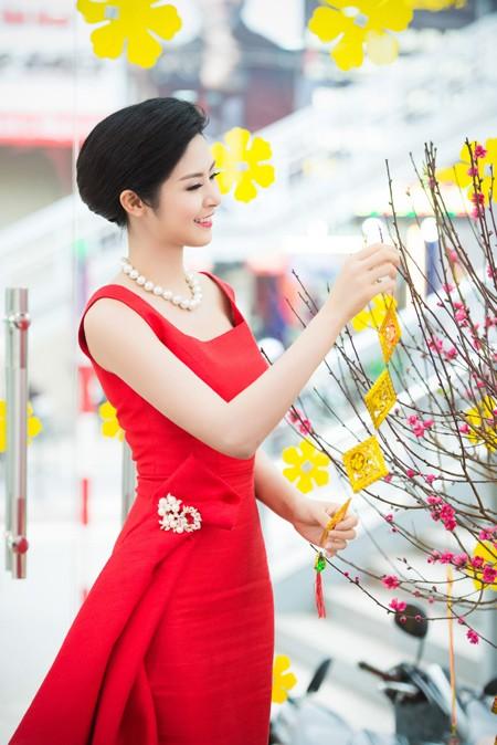 Hoa hậu Ngọc Hân khoe sắc gợi cảm bên hoa đào ảnh 5
