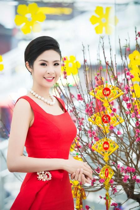 Hoa hậu Ngọc Hân khoe sắc gợi cảm bên hoa đào ảnh 7