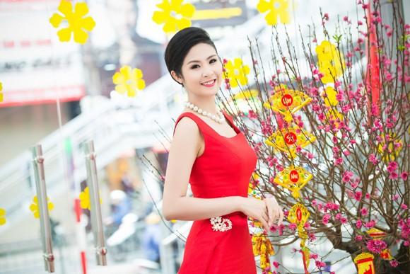 Hoa hậu Ngọc Hân khoe sắc gợi cảm bên hoa đào ảnh 8