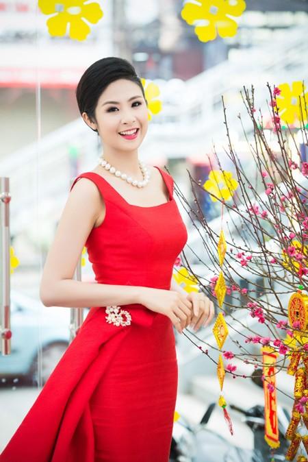 Hoa hậu Ngọc Hân khoe sắc gợi cảm bên hoa đào ảnh 6